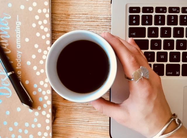 ordinateur, café et planner avec stylo : working woman, desk inspiration